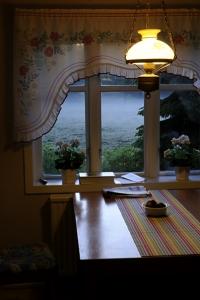 sommarkväll, midsommar, dimma, köksfönster